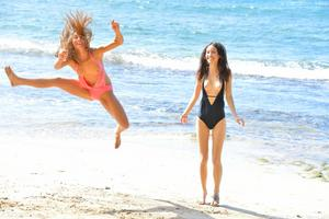 http://img227.imagevenue.com/loc469/th_557571727_Mary_and_Aubrey_Hawaii_II_Beach_Bunnies_36_123_469lo.jpg