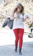 http://img227.imagevenue.com/loc562/th_218360726_Hilary_Duff_visiting_friend7_122_562lo.jpg