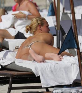 http://img227.imagevenue.com/loc252/th_626816589_Donna_Vekic_Bikini_04_122_252lo.jpg